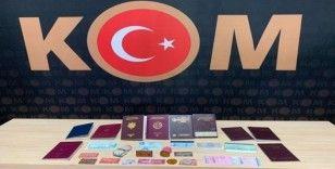 Sahte kimlik ve pasaport yapan 2 şahıs polis tarafından yakalandı