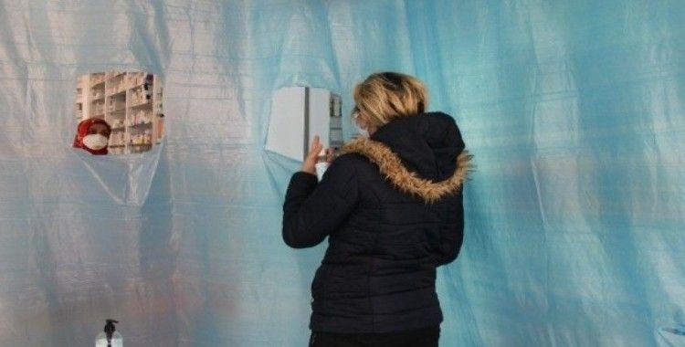 İzmir'de eczanede brandalı korona virüs önlemi
