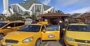 Taksi ve durakları da temizliyor