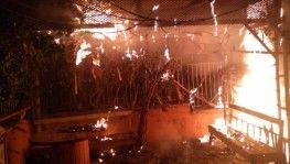 Atık kağıt konteyneri ile kablolar alev alev yandı