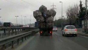 Aşırı yüklenen kamyon görenleri şaşkına çevirdi