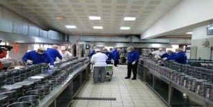 Üsküdar'da yaşlı ve kronik hastalara dev kazanlarda pişirilen yemekler dağıtılıyor