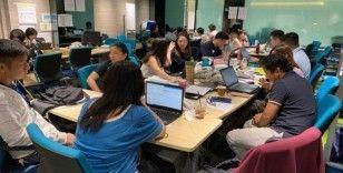 Singapur 'temas takip programı' ile dedektif gibi iz sürerek yayılımı nasıl kontrol altında tutmayı amaçlıyor?