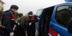 (Özel) Jandarma ekipleri yaşlılar için semt pazarına gidiyor, eczaneden ilaçlarını alıyor