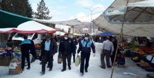 Pazar yerinde gezen 65 yaş üstü vatandaşlar polis tarafından alınıp evlerine bırakıldı