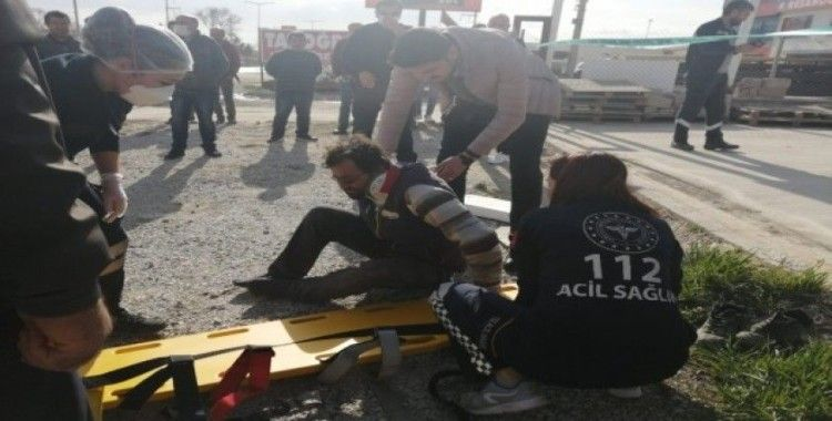 İşçilerin taşıdığı demir, elektrik tellerine temas etti: 3 yaralı