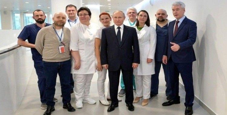 Rusya lideri Putin'den koruyucu tulum ve maskeyle hastaneye ziyaret