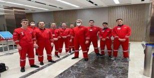 THY ekipleri özel kıyafetlerle Türk öğrencileri yurda taşıdı