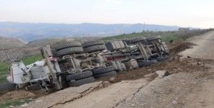 Siirt'te toprak yolun çökmesi sonucu kamyon devrildi: 1 yaralı