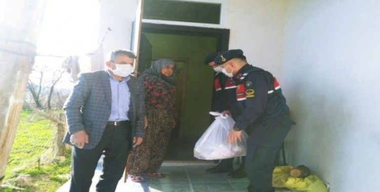 Amasya'da 65 yaş üstü vatandaşlara jandarmadan gıda yardımı