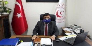 Daire müdürü, virüse karşı oksijen maskesi ile görevi başında