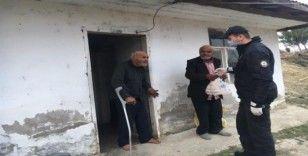 Sinop'ta polis, 65 yaş üstü kardeşler için odun kırarak soba yaktı