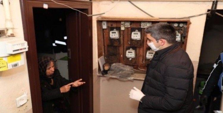 Başkan Gökhan Yüksel'den yaşlı vatandaşlara kapıda ziyaret