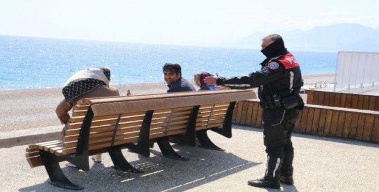Dünyaca ünlü Konyaaltı sahilindeki yoğunluğa polisten 'Korona' uyarısı