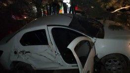 Kontrolden çıkan otomobil ağaca çarpıp şarampole uçtu