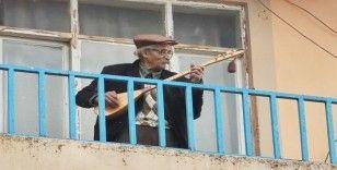 """96 yaşındaki dede curasını aldı, balkondan """"evde kalın""""mesajı verdi"""
