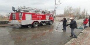 Arpaçay'da caddeler günlük yıkanıyor