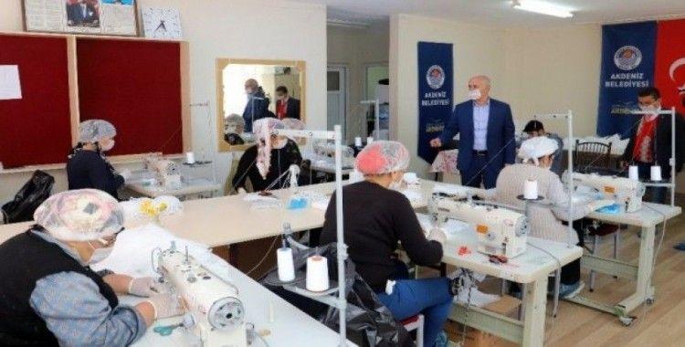 Kursiyer kadınlar, günlük 5 bin maske üretiyor