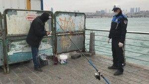 Üsküdar'da bariyerlerin arkasına saklanıp balık tutmak istedi zabıtaya yakalandı