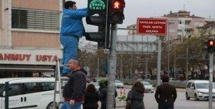 Kocaeli'deki trafik ışıklarıyla 'evde kal' mesajı verildi