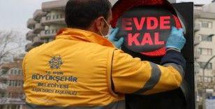 Aydın'da trafik lambalarına 'Evde kal' uyarısı yapıştırıldı