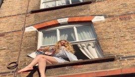 Karantinadan sıkılan oyuncu ve şarkıcı Serel Yereli, pencereye oturdu