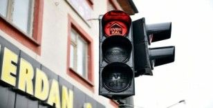 Elbistan'da trafik ışıklarında tebessüm ettiren 'korona virüs' uyarısı