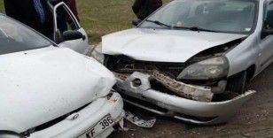 Otomobiller kafa kafaya çarpıştı: 2 yaralı