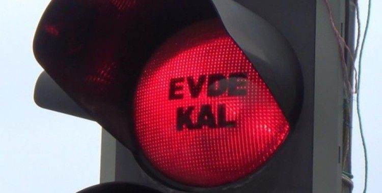 Diyarbakır'da trafik ışıklarına 'evde kal' yazısı yansıtıldı