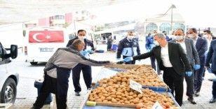 Başkan Çınar, maske ve eldiven dağıttı, uyarılarda bulundu