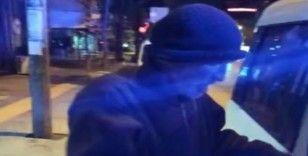 Sokakta yalnız yaşayan yaşlı vatandaşa İzmir polisi sahip çıktı