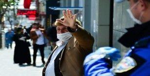 Elazığ polisi hem alış veriş yapıyor, hem sokakta vatandaşı uyarıyor