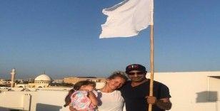 Pakistan halkından sağlık çalışanlarına beyaz bayraklı destek