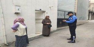 Polislerden evde sıkılan yaşlılara 'Mangala' hediyesi