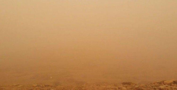 Suudi Arabistan'da toz fırtınası gökyüzünün rengini turuncuya çevirdi