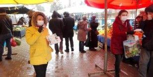 Başkan Tekin, hem pazarcılara hem de vatandaşlara maske dağıttı