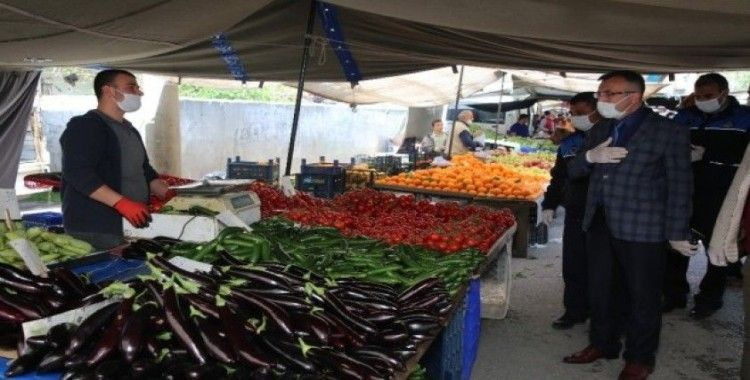 Akdeniz Belediyesi zabıtası pazar yerlerinde 3 metre kuralını denetledi