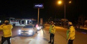 Mersin'de polis, Kovid-19 riskine karşı sürücülerin ateşlerini ölçtü