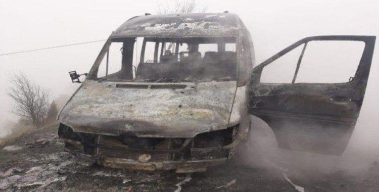 Seyir halindeyken yanan minibüs küle döndü