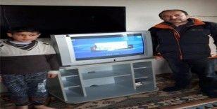 EBA TV'yi izleyemeyen küçük çocuğa öğretmenleri televizyon aldı