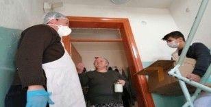 Muhtardan evden çıkamayan 65 yaş üstü vatandaşa salep ikramı