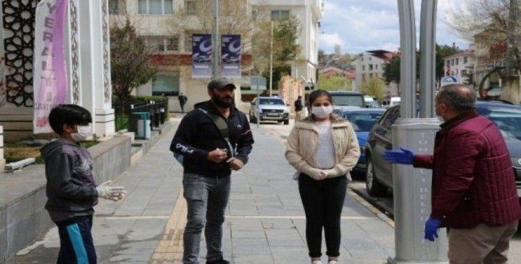 Tunceli'de vali sokağa çıktı, hem maske dağıttırdı, hem de evde kalın çağrısında bulundu