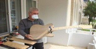 Yasağa uydu, hobi olarak gitar yapımına başladı