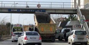 (Özel) Damperi bozuk olan kamyon üstgeçide takıldı