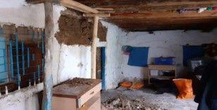 Şiddetli yağışta evin duvarı çöktü