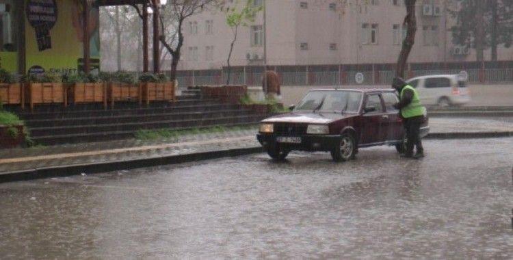 Korona virüs tedbirlerine uymayan vatandaşlar yağmura yakalandı