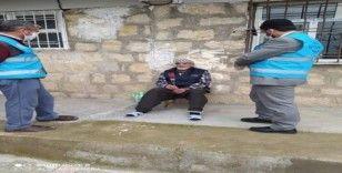 Dicle'de imamlar yaşlıları ziyaret edip gül dağıttı