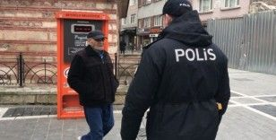 (Özel) İstanbul'da sokağa çıkan yaşlıların polisi ikna çalışmaları kamerada