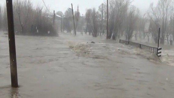 Karakoçan'da yağmur dereleri taşırdı