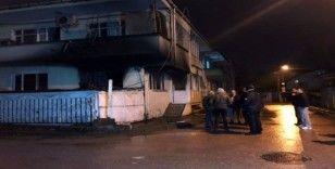 Evinin alt katında yangın çıktı, karantinada tutulan vatandaş polis eşliğinde olay yerine getirildi